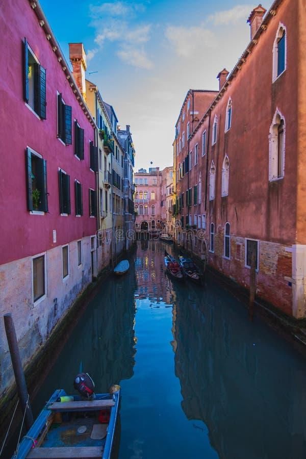Sikt av en kanal med fartyg och gondoler i Venedig, Italien Venedig är en populär turist- destination av Europa royaltyfri fotografi