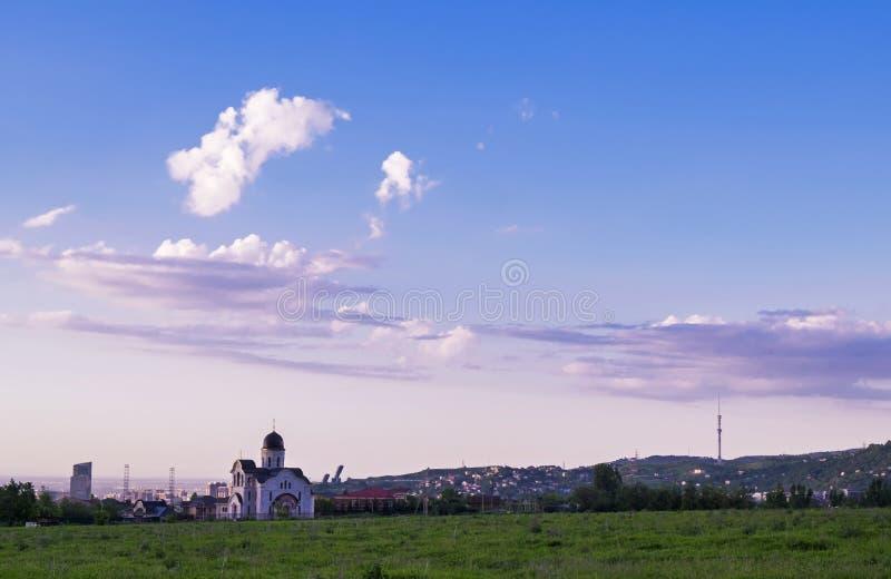 Sikt av en kyrka och ett kommunikationstorn på den Kok Tobe kullen, Almaty Kasakhstan arkivfoto