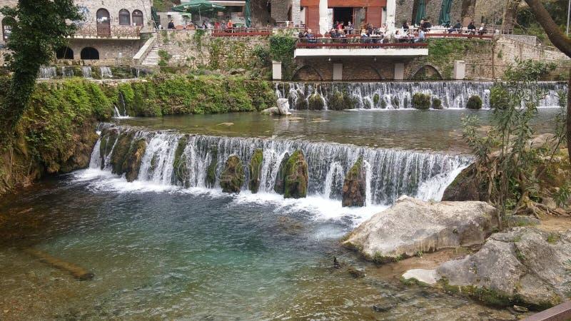Sikt av en liten vattenfall i en flod i Grekland fotografering för bildbyråer