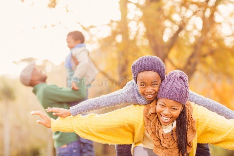 Sikt av en lycklig ung familj arkivbilder