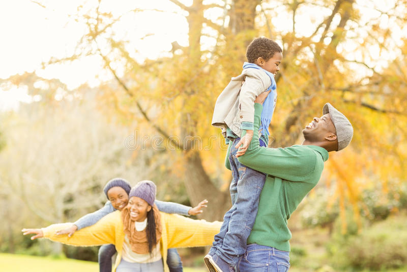 Sikt av en lycklig ung familj arkivbild