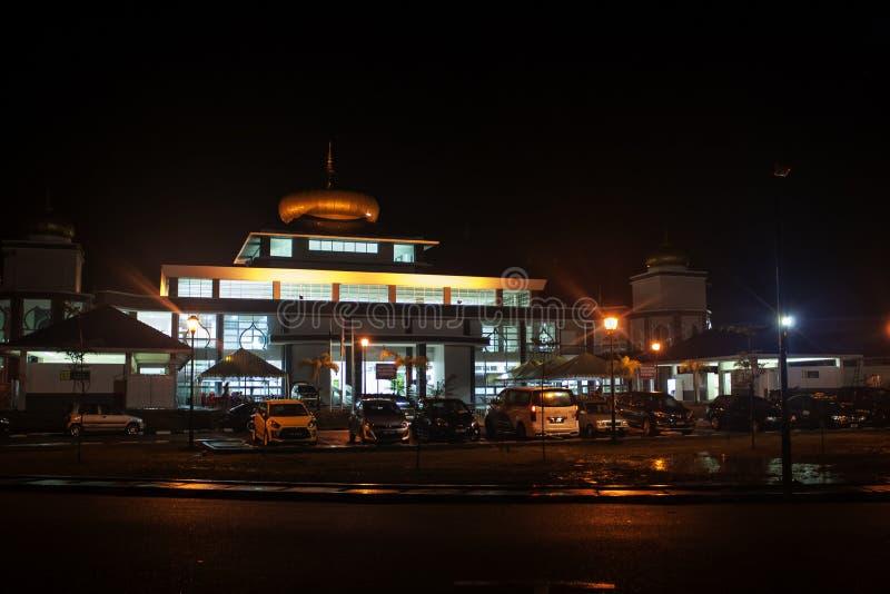 Sikt av en moské på natten arkivbild