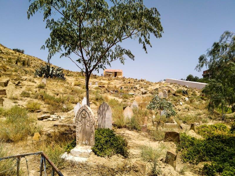Sikt av en muslimsk kyrkogård som är typisk av norr afrikanska länder med relikskrin för hus för lokalt helgon för marabout som m royaltyfria bilder