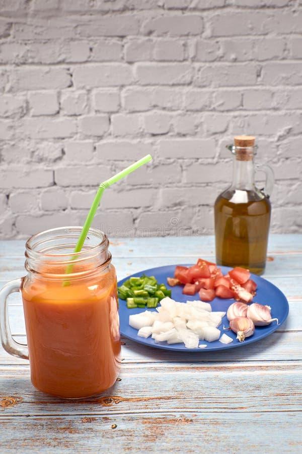 Sikt av en ny kanna av röd gazpacho arkivfoto