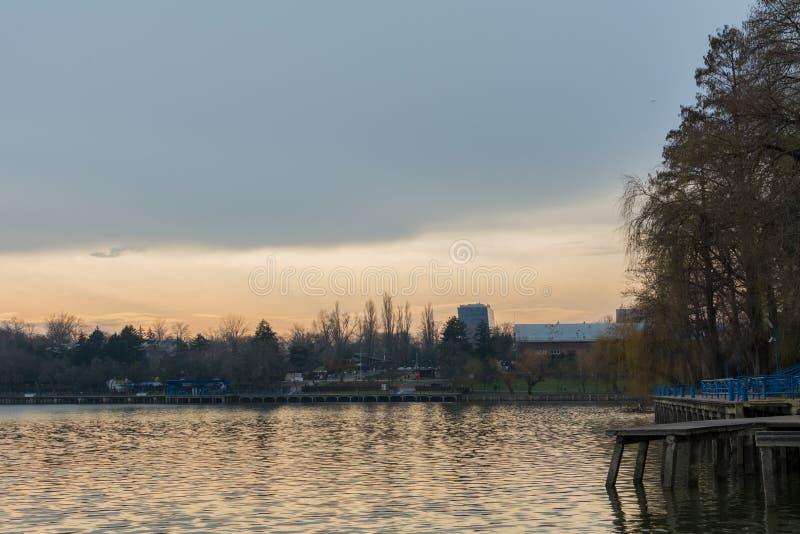 Sikt av en parkera på en molnig solnedgång arkivbilder