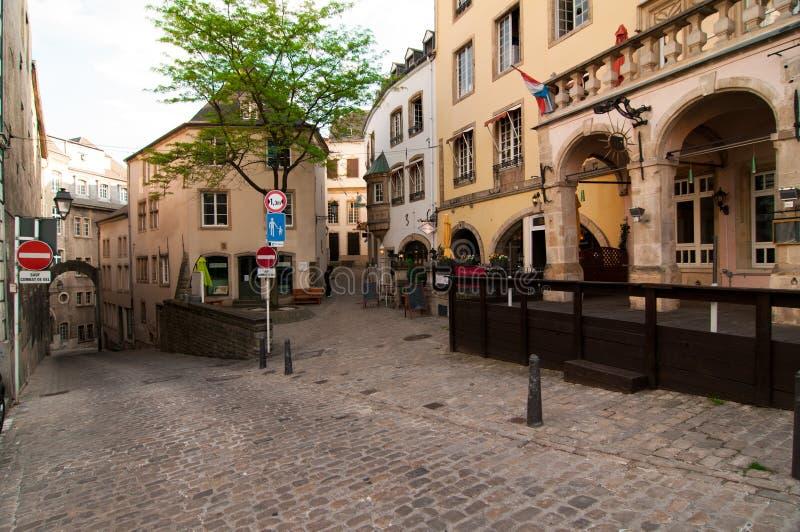 Sikt av en pittoresk smal gata i staden av Luxembourg arkivfoto