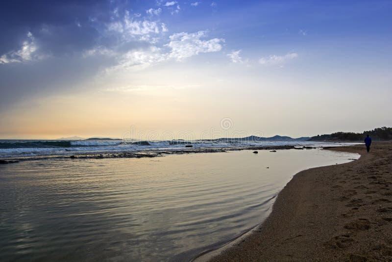 Sikt av en sandig strand i en blåsväder arkivbild