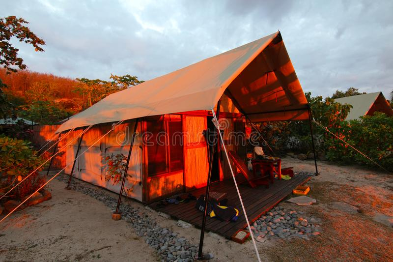 Sikt av en semesterort på en ö av Fiji arkivfoto