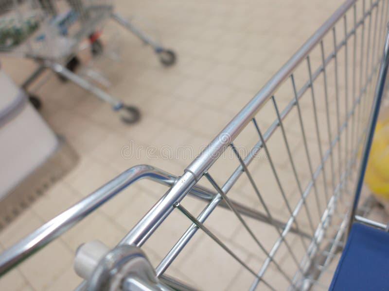 Sikt av en shoppingvagn med livsmedelsbutikobjekt royaltyfria bilder
