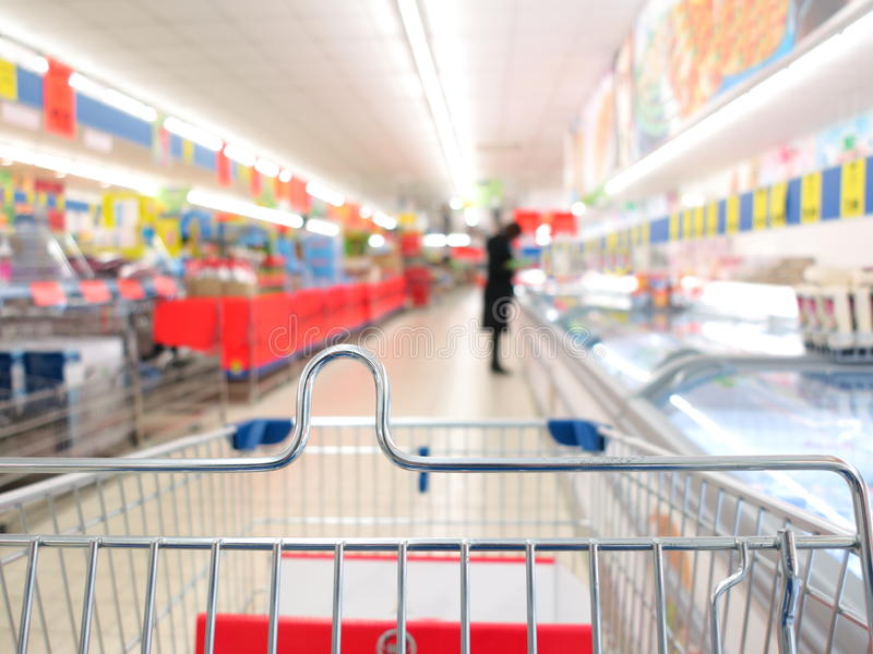 Sikt av en shoppingvagn på supermarket arkivfoto