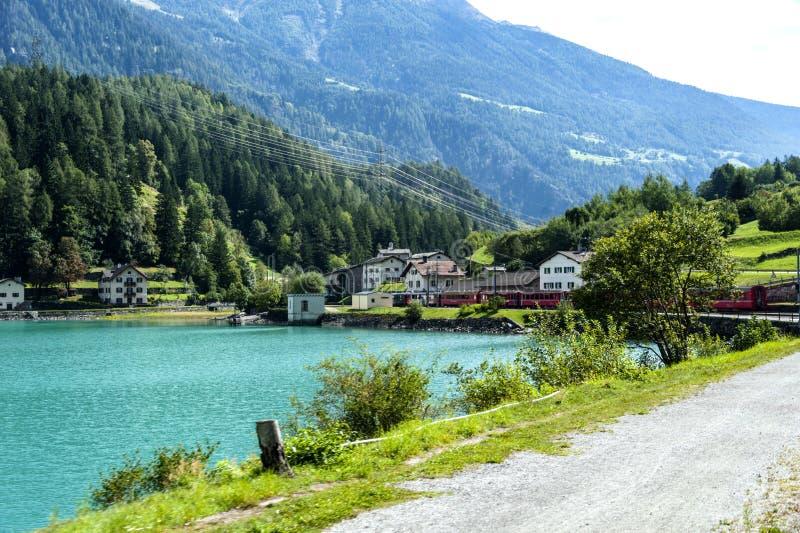Sikt av en sjö och en dal i schweizaren Alpes royaltyfri fotografi