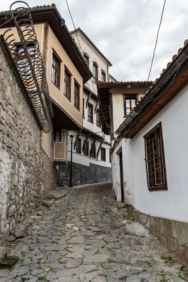 Sikt av en smal gata i historisk del av Plovdiv den gamla staden Typiska medeltida färgrika byggnader royaltyfri bild