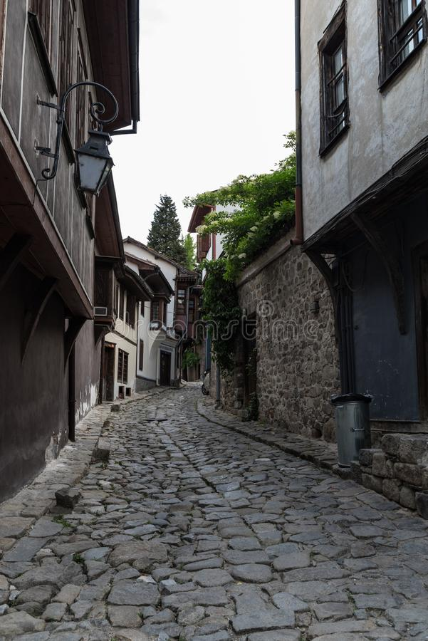 Sikt av en smal gata i historisk del av Plovdiv den gamla staden Typiska medeltida färgrika byggnader royaltyfri fotografi