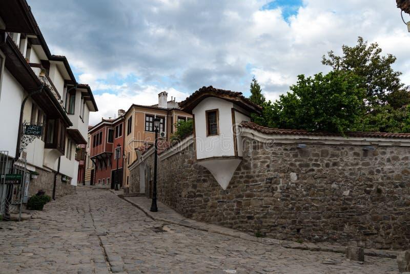 Sikt av en smal gata i historisk del av Plovdiv den gamla staden Typiska medeltida färgrika byggnader l?kformig arkivfoto