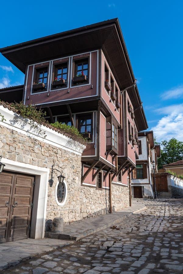 Sikt av en smal gata i historisk del av Plovdiv den gamla staden Typiska medeltida färgrika byggnader l?kformig royaltyfri fotografi