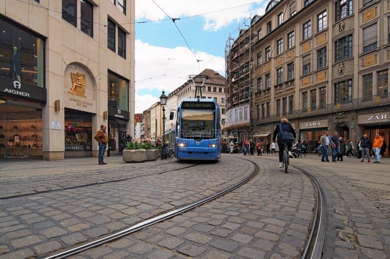 Sikt av en spårvagnbortgång på järnvägar i den gamla delen av staden Munich arkivfoton