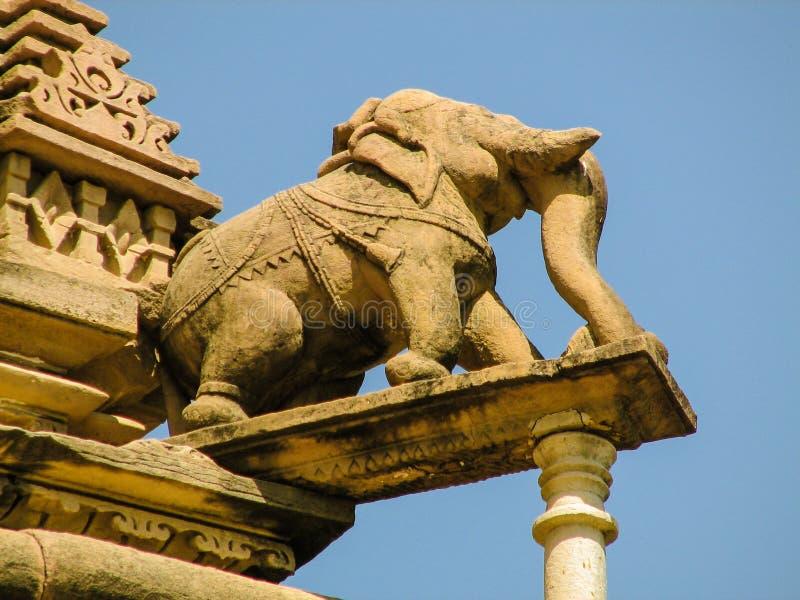 Sikt av en stenskulptur av en elefant på portiken av en indisk tempel royaltyfria bilder