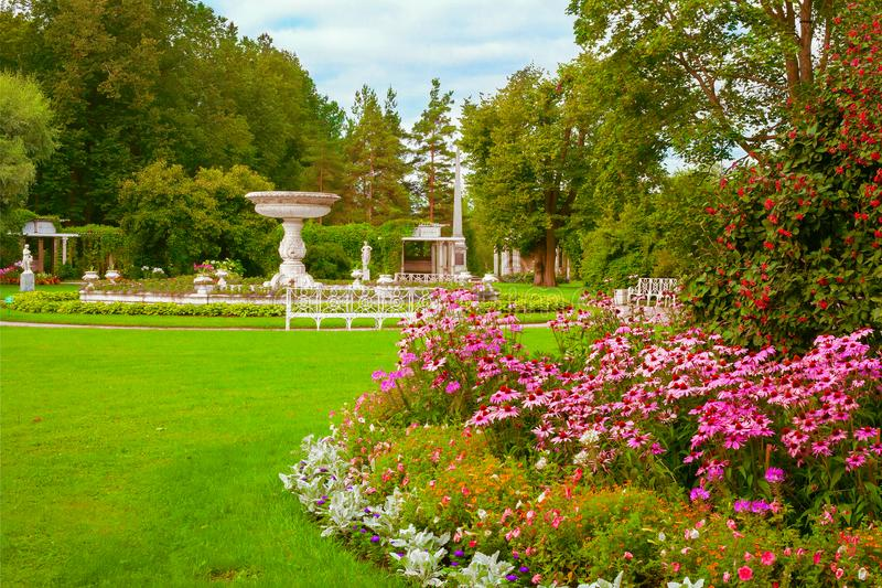 Sikt av en stor rabatt och en privat trädgård i Catherine Park i Tsarskoye Selo, Pushkin, St Petersburg royaltyfri foto