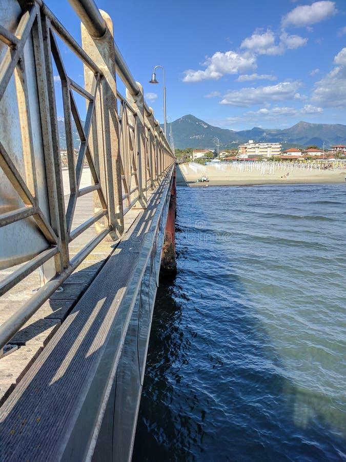 Sikt av en strand i Marina di Pietrasanta royaltyfri fotografi
