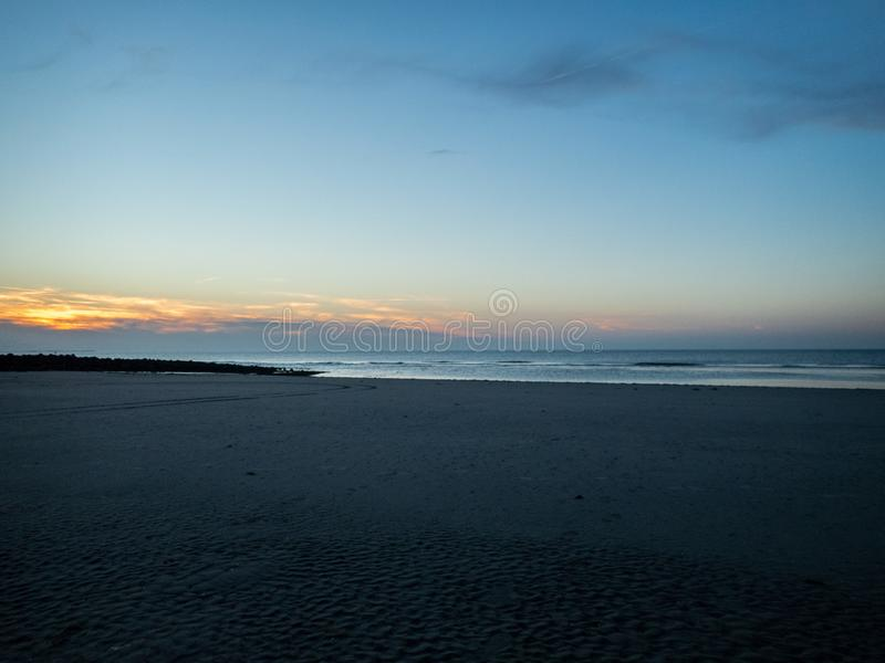 Sikt av en strand på det Wadden havet på ön av Ameland i th royaltyfria foton