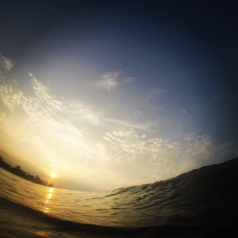 Sikt av en surfare, medan skriva in en våg arkivfoto