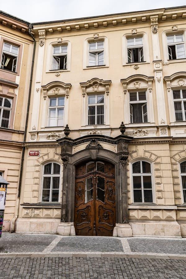 Sikt av en träsmyckad dörr i en gata i Prague royaltyfri foto
