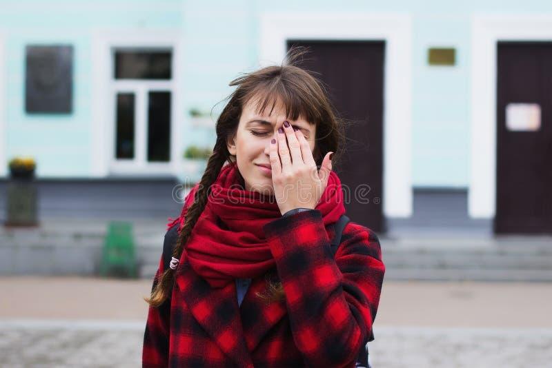 Sikt av en ung studentkvinna som har en spänning och en ångest för huvudvärk tack vare royaltyfria bilder