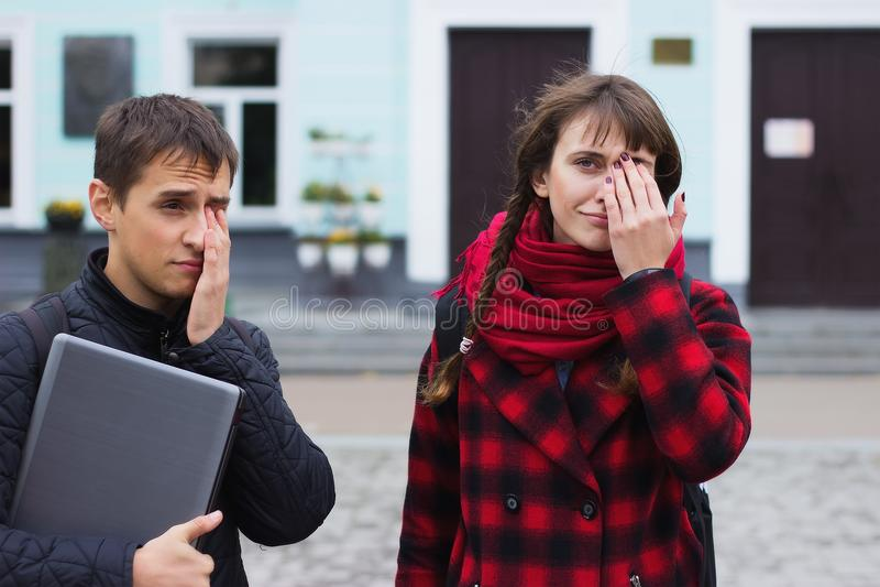 Sikt av en ung studentkvinna som har en spänning och en ångest för huvudvärk tack vare arkivbilder