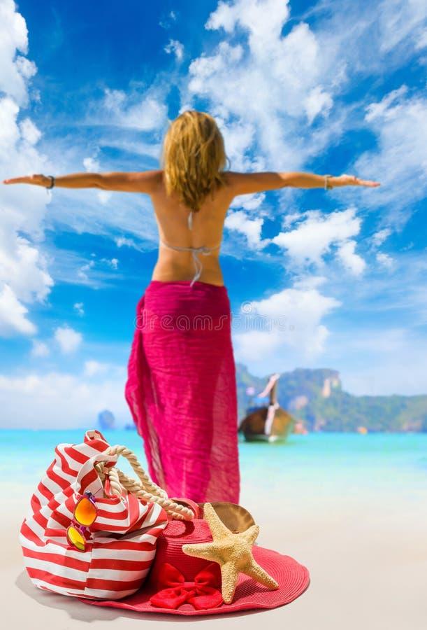 Sikt av en womanstanding på stranden arkivbild