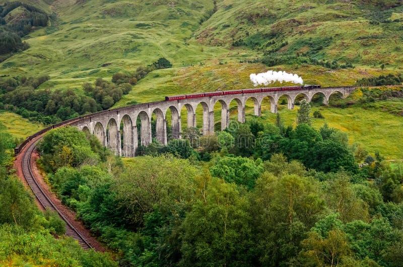Sikt av ett ångadrev på en berömd Glenfinnan viadukt, Skottland royaltyfria bilder