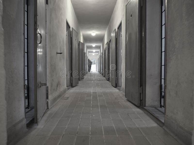 Sikt av ett hall inom fängelset av Sachsenhausenen Concent royaltyfri foto