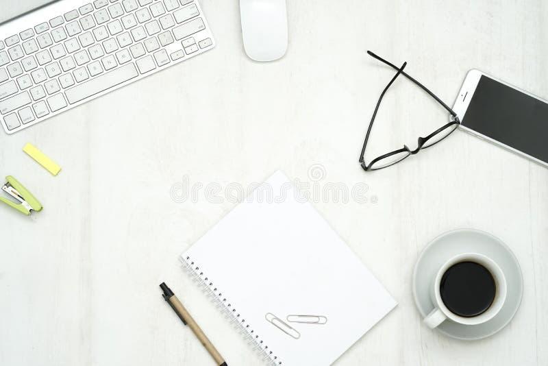 Sikt av ett kontorsskrivbord med kopieringsutrymme arkivbild