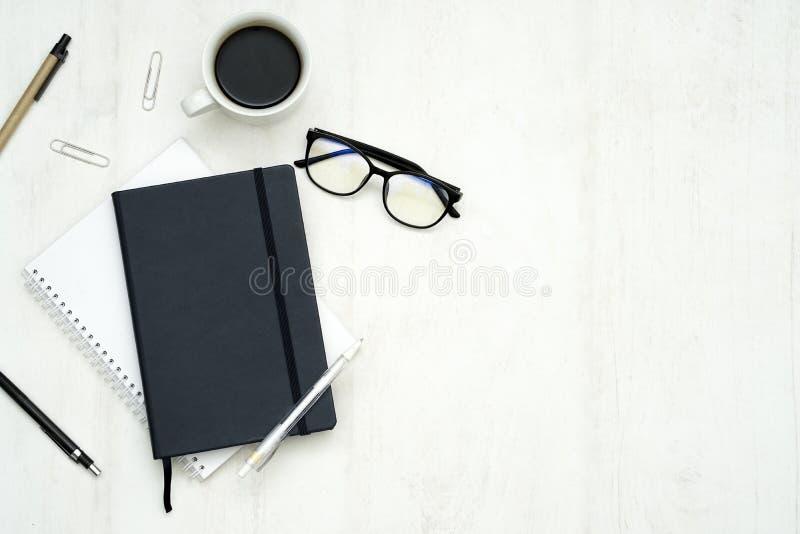 Sikt av ett kontorsskrivbord med kopieringsutrymme fotografering för bildbyråer