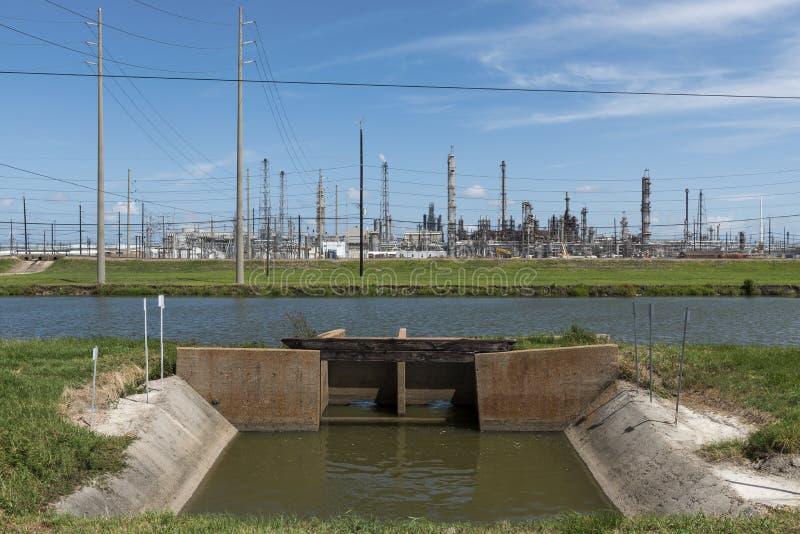 Sikt av ett oljeraffinaderi i sydliga Texas, Förenta staterna royaltyfri bild
