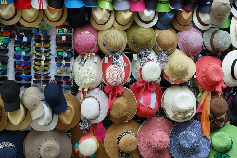 Sikt av ett stånd med färgrika hattar och exponeringsglas, Lima royaltyfri fotografi
