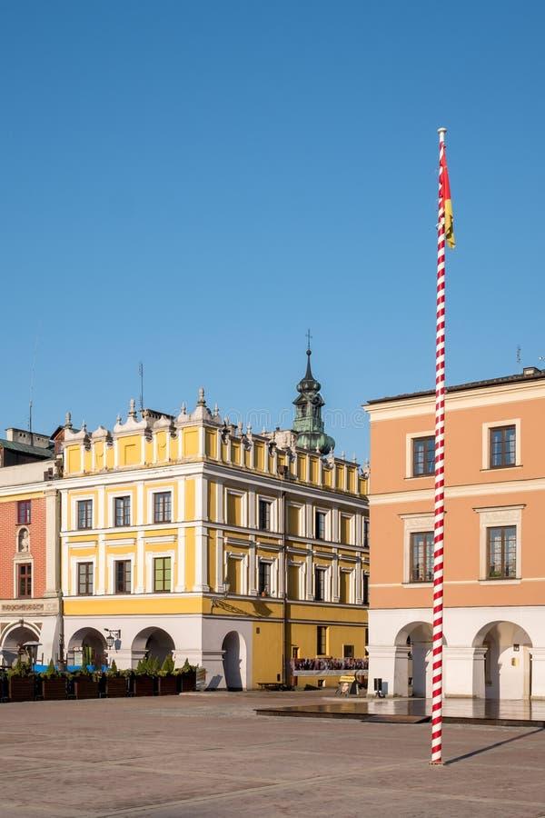 Sikt av färgglade renässansbyggnader i den historiska stora marknadsfyrkanten i Zamosc i sydostliga Polen royaltyfri foto