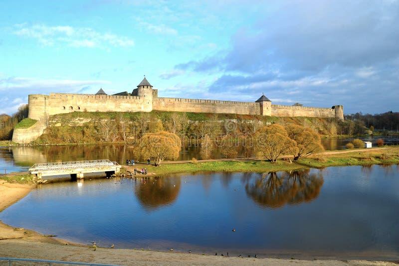 Sikt av fästningen över den Narva floden i Ivangorod arkivfoton