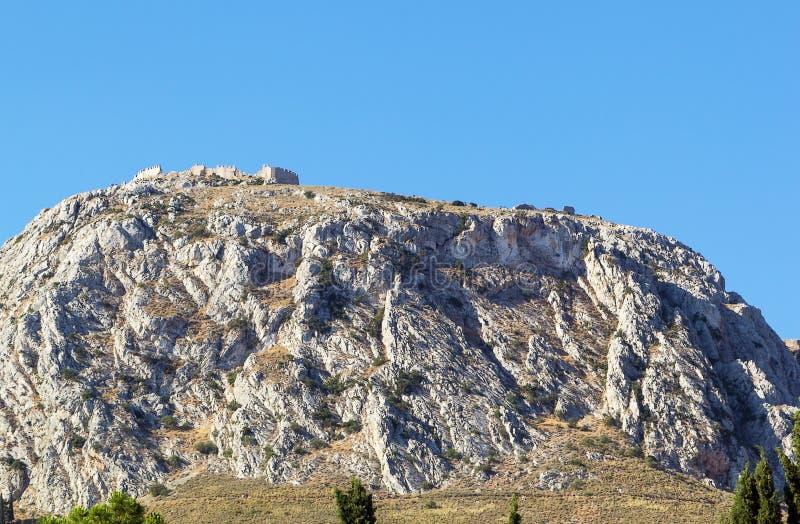 Sikt av fästningen Acrocorinth, Grekland royaltyfria bilder