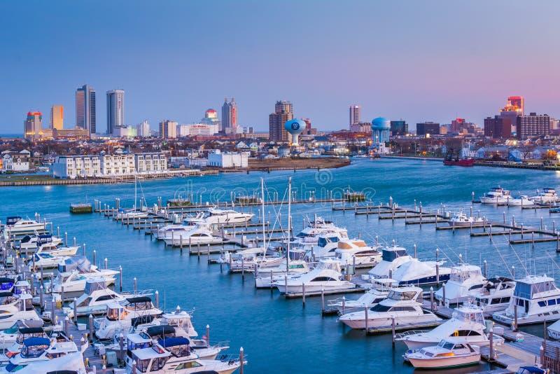 Sikt av Farley State Marina och horisonten p? natten, i Atlantic City som ?r nytt - ?rml?s tr?ja royaltyfri bild