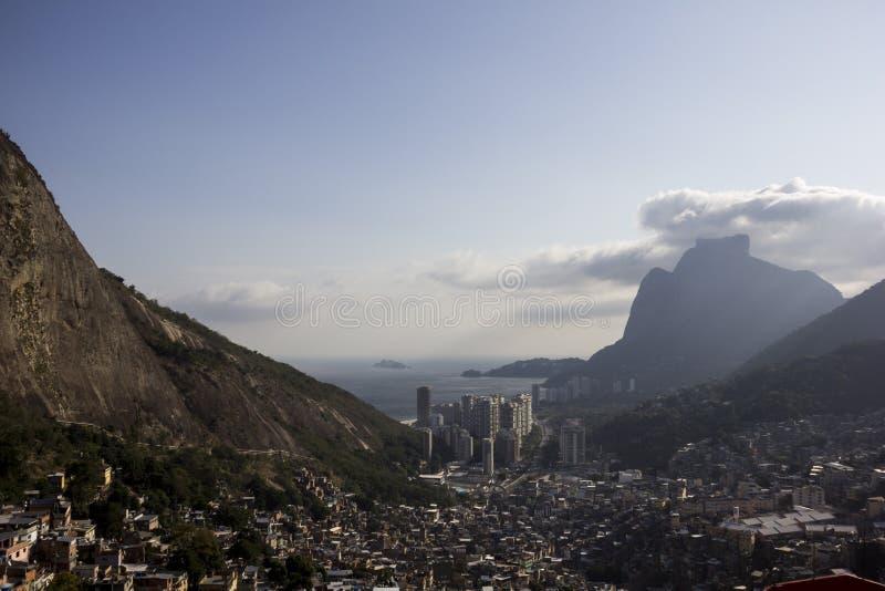Sikt av Favela da Rocinha i Rio de Janeiro royaltyfria foton