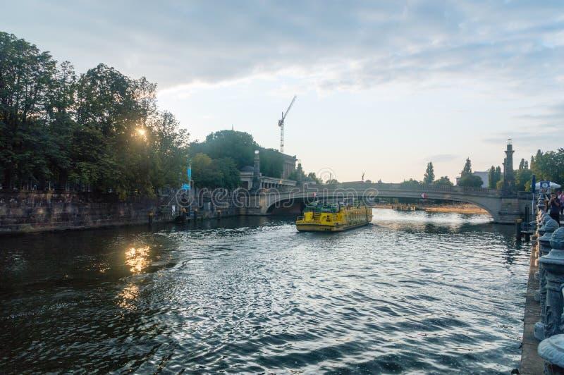 Sikt av festfloden nära den Museumsinsel museumön med utfärdfartyget på solnedgångtid arkivbild
