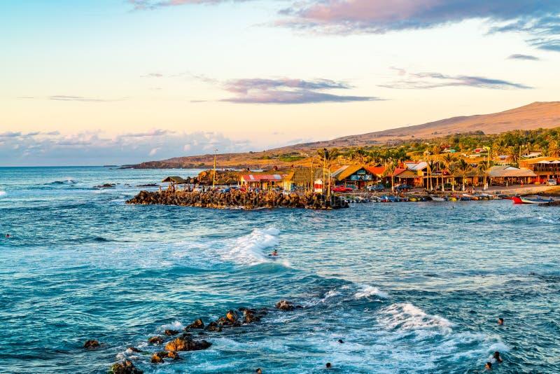 Sikt av fiskareport av den Hanga Roa byn p? Rapa Nui eller p?sk?n royaltyfria bilder