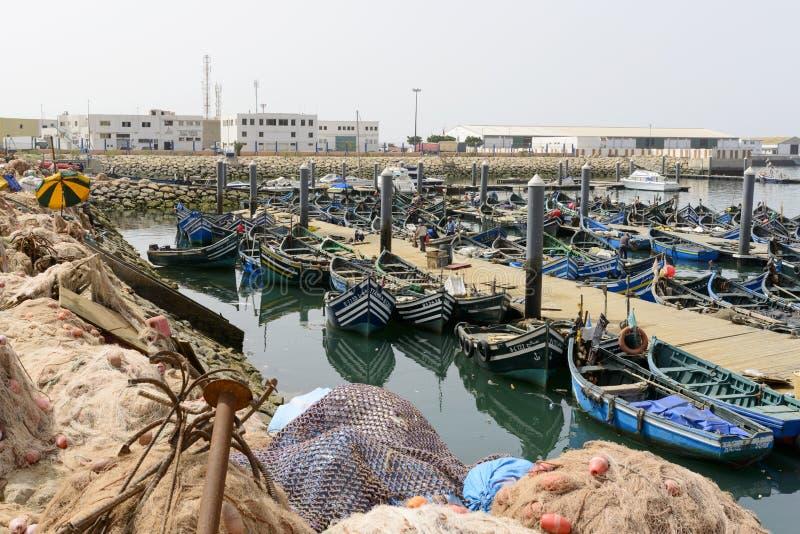 Sikt av fiskebåtar i Essaouira port royaltyfria foton