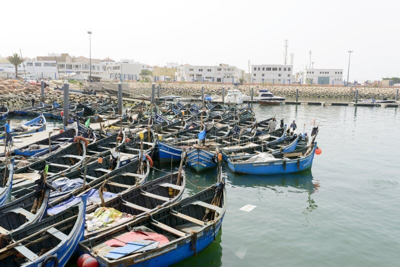 Sikt av fiskebåtar i Essaouira port arkivfoton