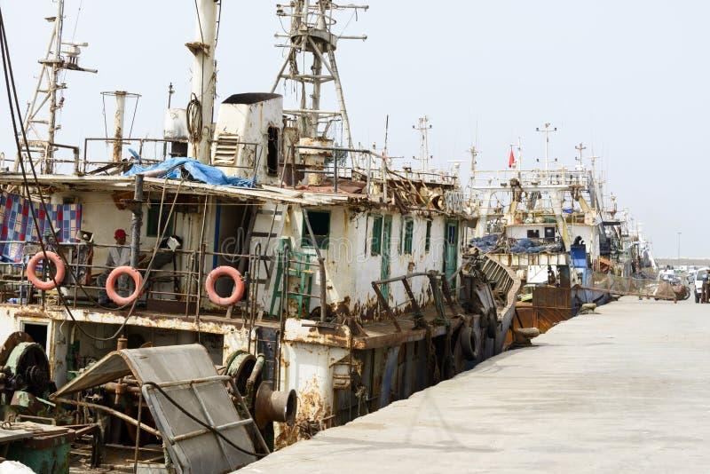 Sikt av fiskebåtar i Essaouira port arkivbild