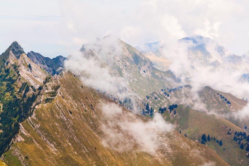 Sikt av fjällängar och moln på Rochersen de Naye, Schweiz arkivbild