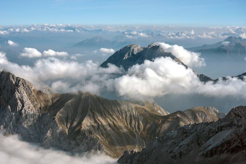Sikt av fjällängarna från Zugspitze, Tyskland royaltyfria bilder