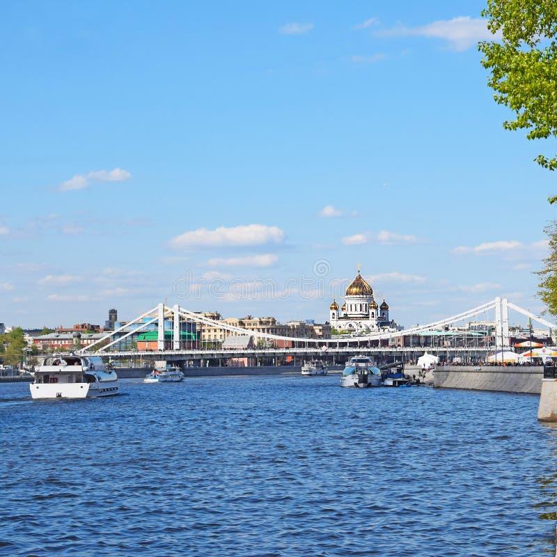 Sikt av floden, bron och domkyrkan av Kristus frälsaren i Moskva royaltyfri fotografi
