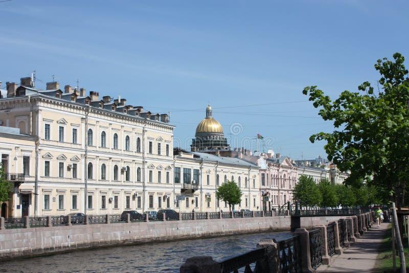 Sikt av floden, invallningen och byggnaderna av Petersburg royaltyfria bilder