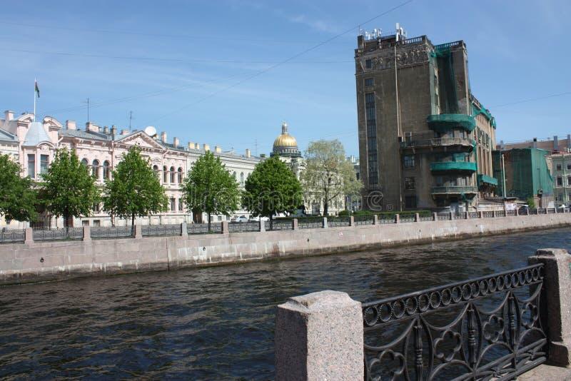 Sikt av floden, invallningen och byggnaderna av Petersburg arkivfoto